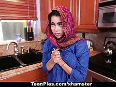 Арабка с большими сиськами трахается с хозяином дома прямо на кухне