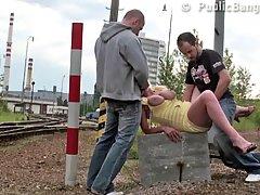 Зрелая блондинка в желтом платье трахается толпой с двумя парнями на железнодорожных путях