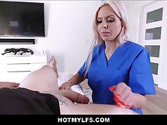 Блондинка с большой попой и сиськами согласна на секс от пер...
