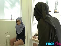 Арабские любовники занимаются сексом не снимая своей национальной одежды