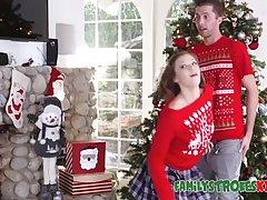 Молодая парочка в новогодней одежде занимаются красивым секс...
