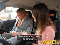 Водитель такси соблазнил брюнетку с большой попой на секс в машине