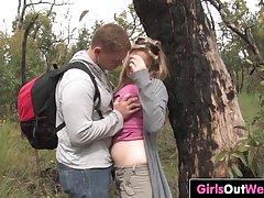 Блондинка вместе с другом в лесу занимаются классическим сек...