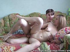 Молоденькая блондинка с парнем на веб камеру снимают свой кл...