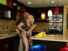 Зрелая блондинка позволила своему сыну оттрахать ее на кухне...