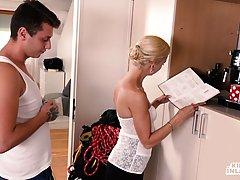 Блондинка в чулках подставляет промежность для реального ваг...
