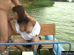 Грудастая девушка с парнем на речке устроили хардкор порнушк...