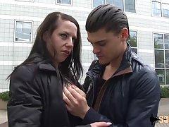 Парень снял на улице зрелую дамочку для анального секса на камеру