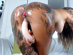 Жопастая и татуированная девица перед веб камерой дрочит промежность