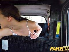 Таксист развел жопастую пассажирку на секс в машине и отымел ее
