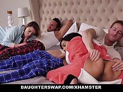 Две озабоченные старлетки зашли в спальню отцов и трахнулись...