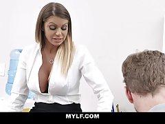 Мамочка с большими сиськами в чулках занимается сексом в офисе