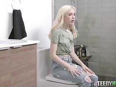 Блондинка сняла джинсы и прямо на диване занимается вагиналь...