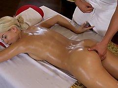 Блондинка пришла на массаж и получила расслабление и горячий секс с массажистом