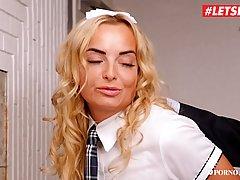 Молоденькая студентка в кабинете директора подставляет попу ...