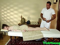Девушка пришла на массаж и возбудившись от ласки мужика, сде...