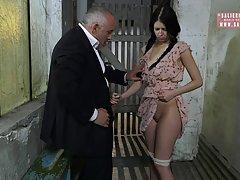 Молодая девушка с темными волосами и сексуальные желания старика