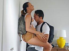 Грудастая брюнетка с другом туристом занимаются хардкор сексом
