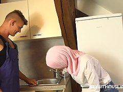 Прелестная мусульманка соблазнила сантехника в униформе на г...