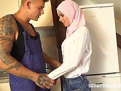 Прелестная мусульманка соблазнила сантехника в униформе на горячий трах
