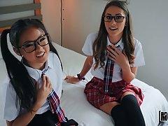 Две студентки в очках и в униформе предпочитают вагинал от первого лица