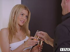 Блондинка порадовала лысого парня минетом и хардкором в разн...
