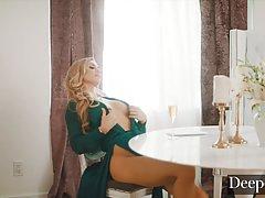 Жопастая блондинка показала большие сиськи и напросилась на страстный трах