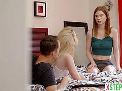 Рыженькая и блондинка трахают одного парня в спальне и прини...