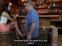 Старый мужик в баре соблазнил молодую брюнетку и трахнул ее своим членом