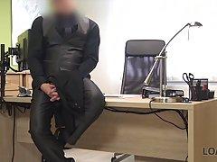 Блондинка пришла в офис на собеседование и занялась сексом с начальником