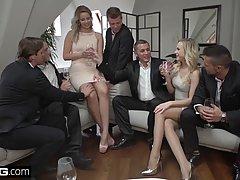 Две блондинки обожают анальную групповуху с толпой мужиков...