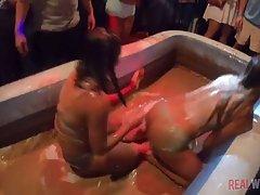 Зрелые женщины во время отдыха отрываются на вечеринке с молодыми парнями
