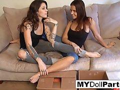 Две сексуальные брюнетки лесбиянки занимаются друг с другом ...