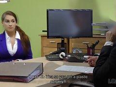 Девушка во время кастинга в офисе показывает большие сиськи и трахается