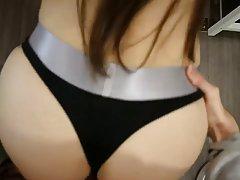 Брюнетка отодвинула трусики и согласилась на съемку порно от...