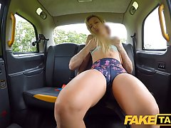 Таксист развел на секс в машине очередную жопастую блондинку