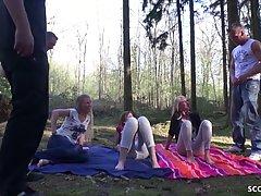 Толпа студенток с большими сиськами и их парни в лесу устрои...