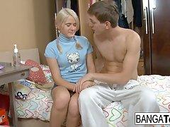 Молодая блондинка сделала другу минет и согласилась на аналь...