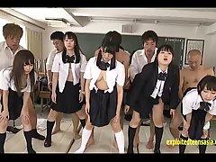 Японские девушки имеют особый класс в их школе где они учатс...