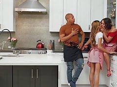 Чернокожий парень на кухне трахает членом двух телок с больш...