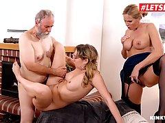 Две блондинки и старик устроили на диване групповой секс втр...