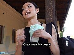 Азиатка за деньги согласилась на минет и страстный хардкор о...