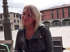Блондинка с большими сиськами занимается анальным сексом на видео камеру