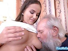 Брюнетка с большими сиськами ублажает старика своим молодым телом