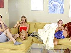 Рыжая мамочка трахается с мужиком на диване и не обращает вн...