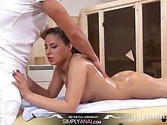 Брюнетка с большими сиськами после массажа подставляет очко для анального секса