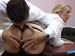 Блондинка в белье и чулках занимается сексом в офисе и получает оргазм от босса