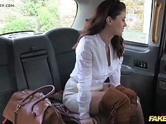 Брюнетка в машине такси раздвинула ноги и подставила попку для анального секса