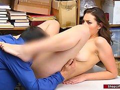 Брюнетка в офисе охранника залезла на стол для хардкор секс ...