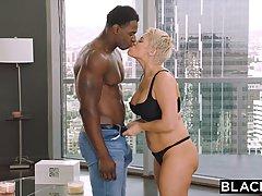 Чернокожий парень с большим болтом трахает блондинку мамочку с большими сиськами